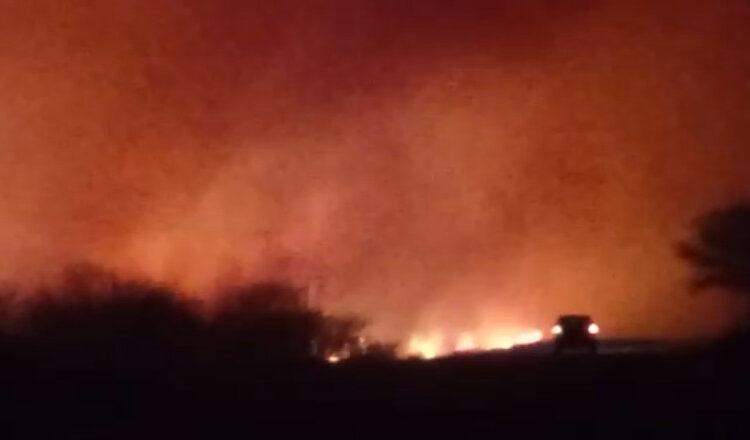 Carro passando junto a incêndio próximo à BA-430 e à rodoviária. Foto: Evandro Batista Rodrigues Pereira