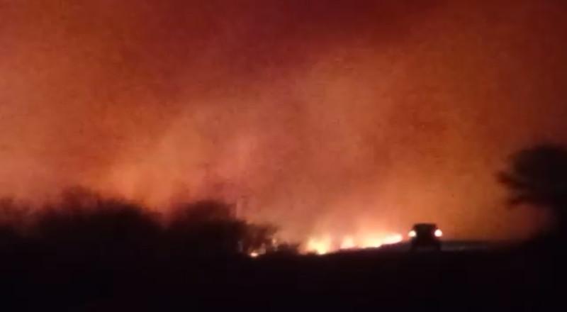 Carro passando junto a incêndio próximo à BA-160 e à rodoviária (22/09/2021). Foto: Evandro Batista Rodrigues Pereira